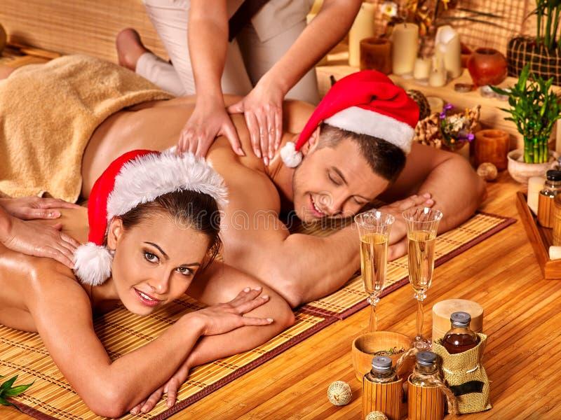 Homem e mulher que relaxam em termas do Xmas fotografia de stock
