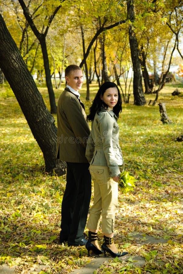 Homem e mulher que saem do parque fotos de stock