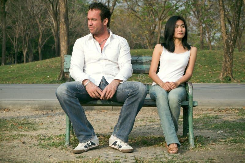 Homem e mulher que sentam-se em uma cadeira foto de stock royalty free