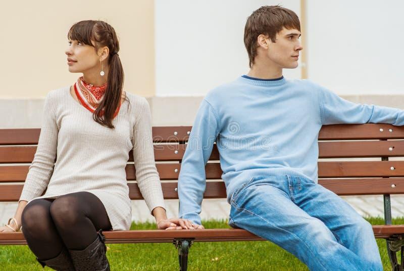 Homem e mulher que sentam-se na ilustração do gráfico de bench imagem de stock royalty free