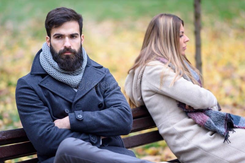 Homem e mulher que têm problemas do relacionamento imagens de stock