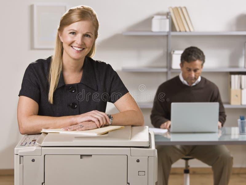 Homem e mulher que trabalham no escritório fotografia de stock royalty free
