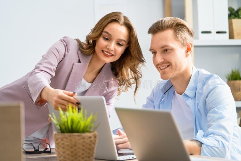 Homem e mulher que trabalham no escrit?rio fotografia de stock royalty free