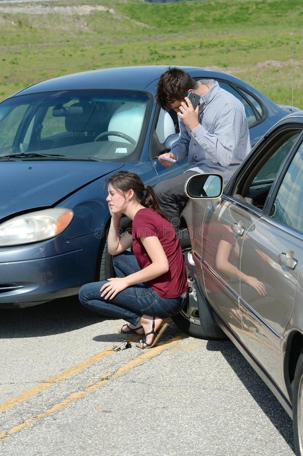 Homem e mulher que usa o acidente do aAfter do telefone foto de stock royalty free