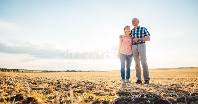 Homem e mulher, um par superior, abraçando-se fotos de stock royalty free