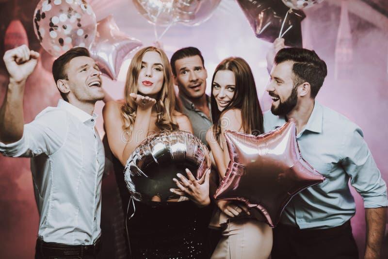 Homem e mulheres felizes Veio bater dança Divertimento balões foto de stock royalty free