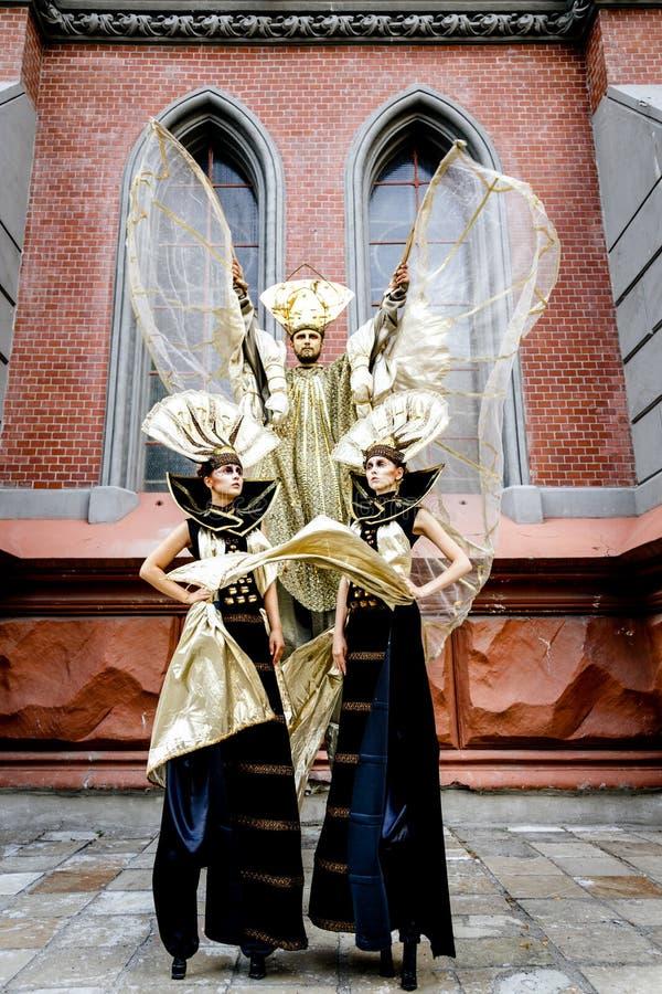 Homem e mulheres mascarados carnaval imagens de stock