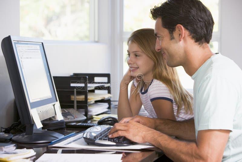Homem e rapariga no escritório home com computador fotos de stock royalty free