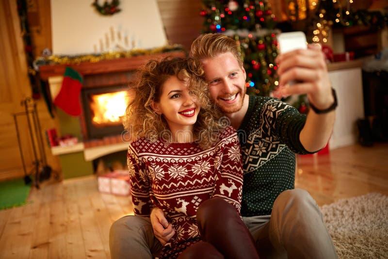 Homem e selfie de tomada fêmea imagens de stock royalty free