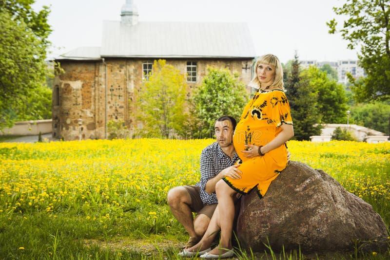 Homem e sua esposa grávida. fotos de stock