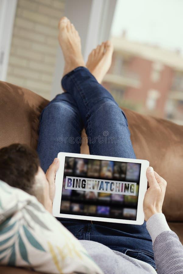 Homem e tablet com texto a observar foto de stock royalty free