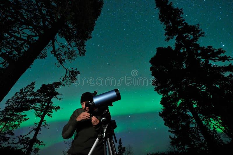 Homem e telescópio foto de stock royalty free
