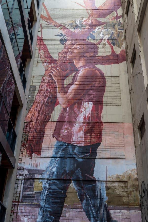 Homem e um grafitti da árvore fotografia de stock
