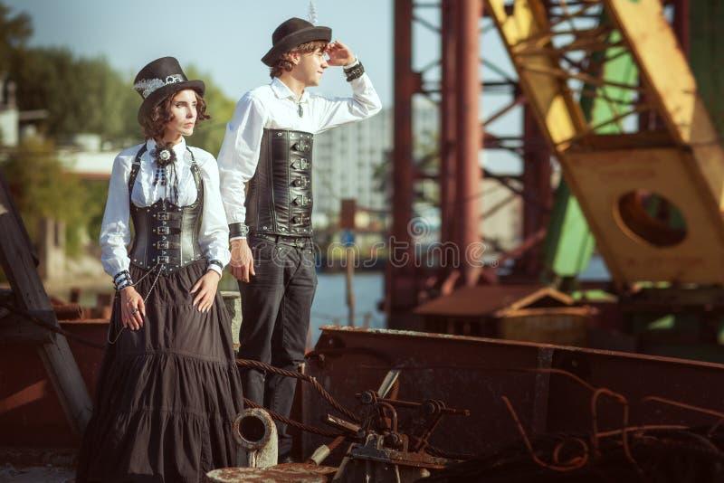 Homem e uma mulher ao estilo do steampunk imagens de stock