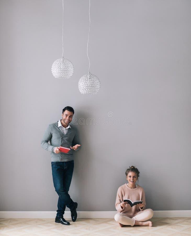 Homem e uma mulher com os cadernos em suas mãos fotos de stock
