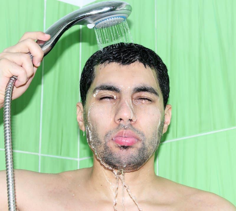 Homem egípcio árabe que toma o chuveiro fotografia de stock