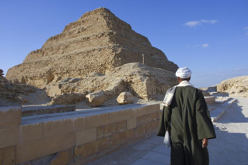 Homem egípcio perto da pirâmide de Saqqara em Giza, o Cairo, Egito em 02-09 imagem de stock royalty free