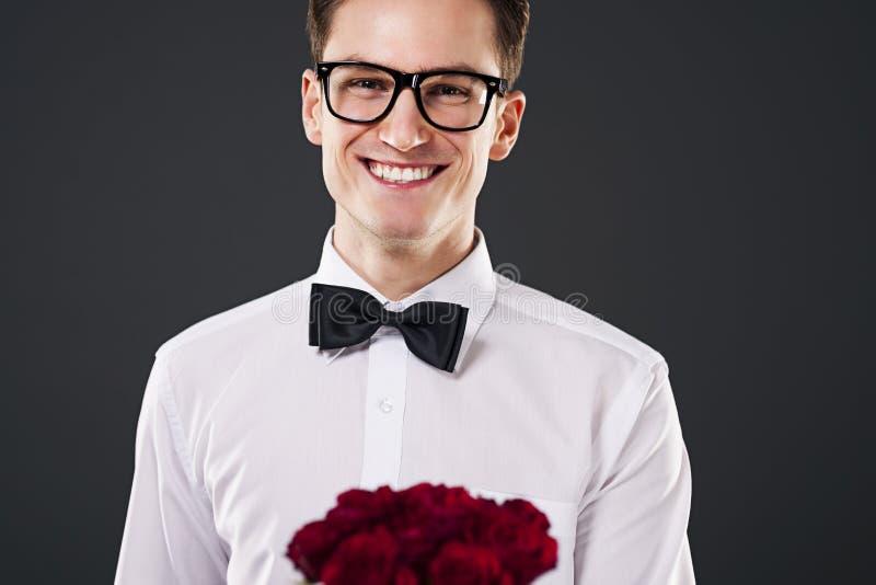 Homem elegante com rosas imagem de stock