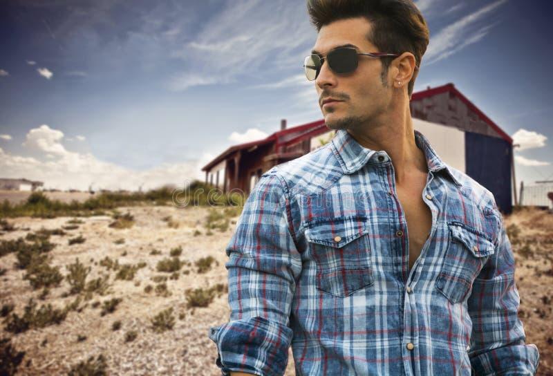 Homem elegante considerável exterior nos óculos de sol imagem de stock royalty free