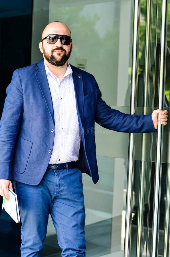 Homem elegante exterior fotografia de stock royalty free