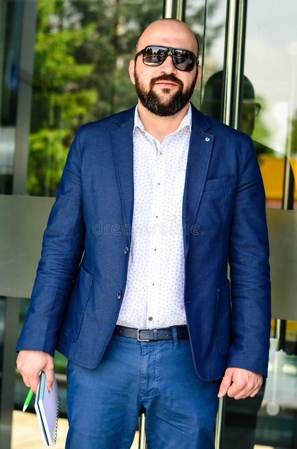 Homem elegante exterior imagens de stock