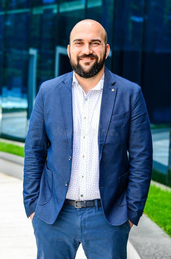 Homem elegante exterior foto de stock royalty free