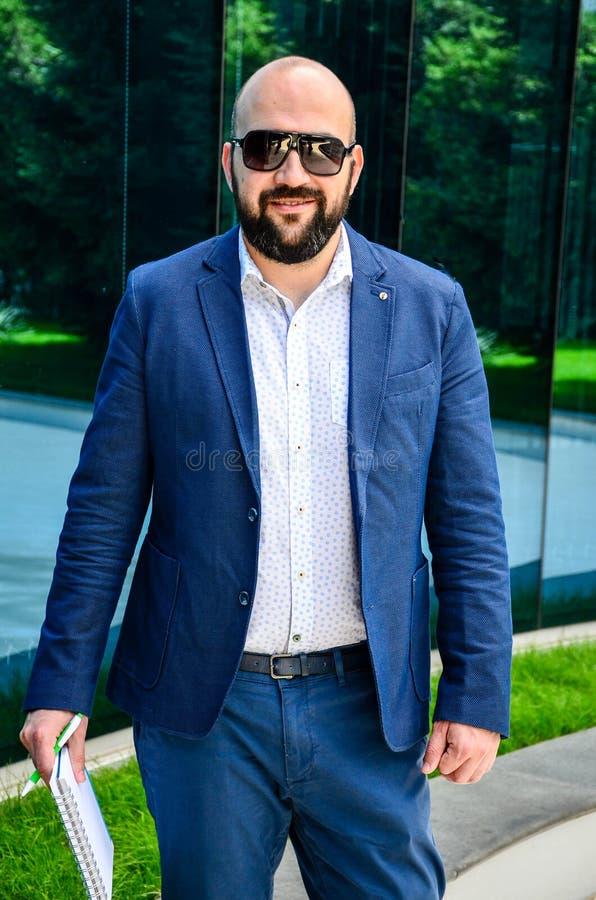 Homem elegante exterior fotografia de stock