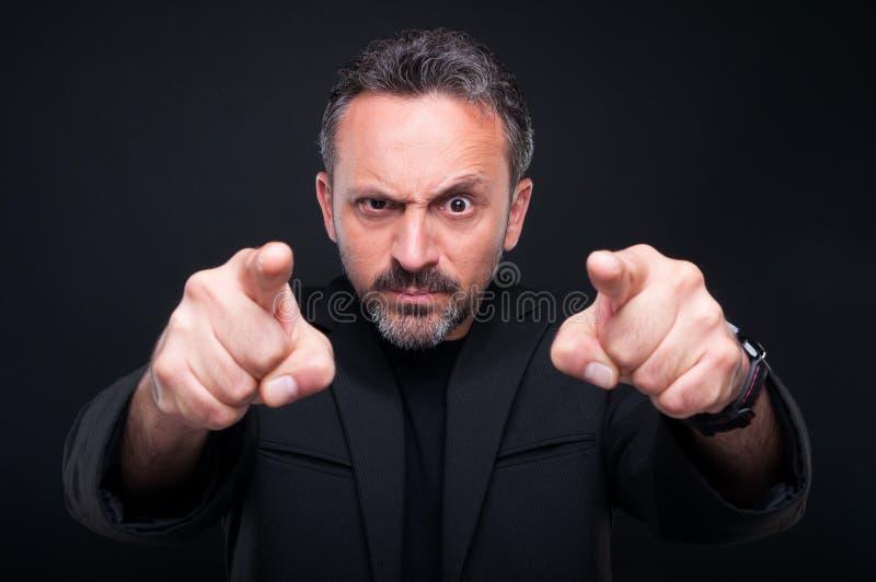 Homem elegante furioso que aponta em você fotografia de stock royalty free