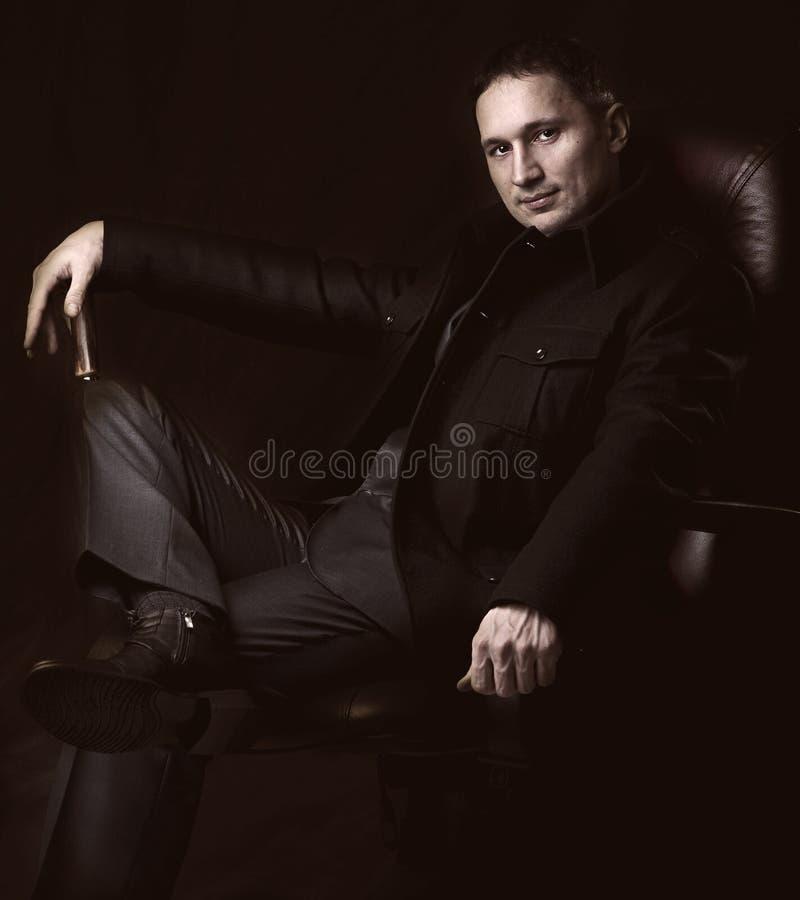 Homem elegante no revestimento e no terno fotografia de stock