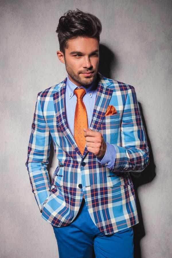 Homem elegante no terno quadriculado com mão no bolso imagens de stock