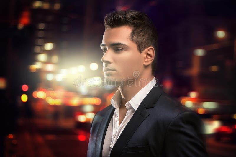 Homem elegante novo considerável no terno imagem de stock royalty free