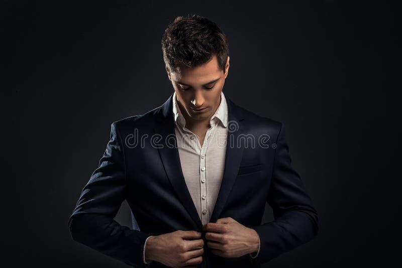 Homem elegante novo considerável no terno fotografia de stock