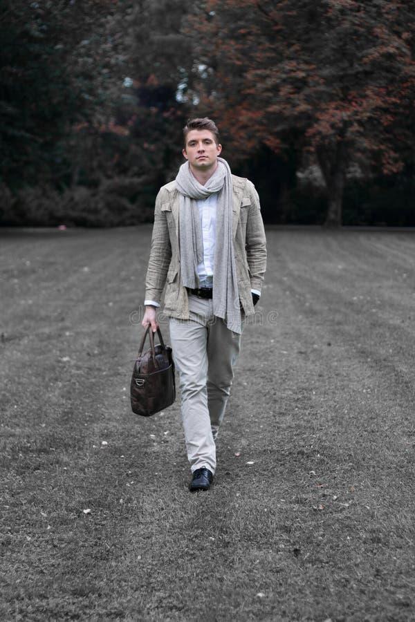 Homem elegante novo que anda em um parque fotos de stock royalty free