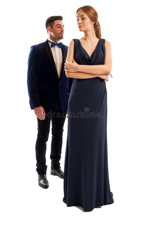Homem elegante que está atrás de uma mulher bonita fotografia de stock royalty free
