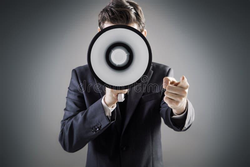 Homem elegante que guarda um megafone enorme fotos de stock