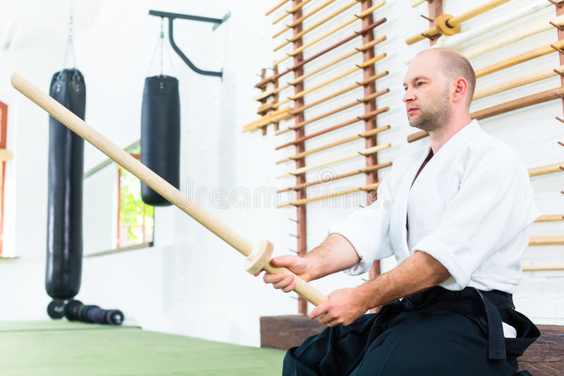 Homem em artes marciais do Aikido com espada de madeira fotografia de stock royalty free
