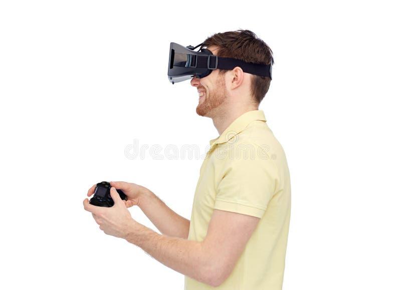 Homem em auriculares da realidade virtual ou em vidros 3d imagem de stock