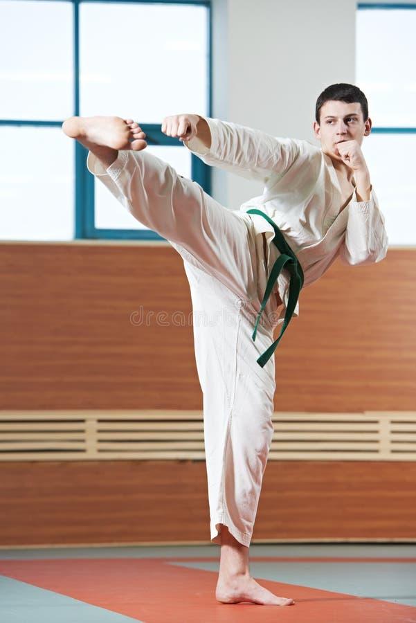 Homem em exercícios de taekwondo fotos de stock