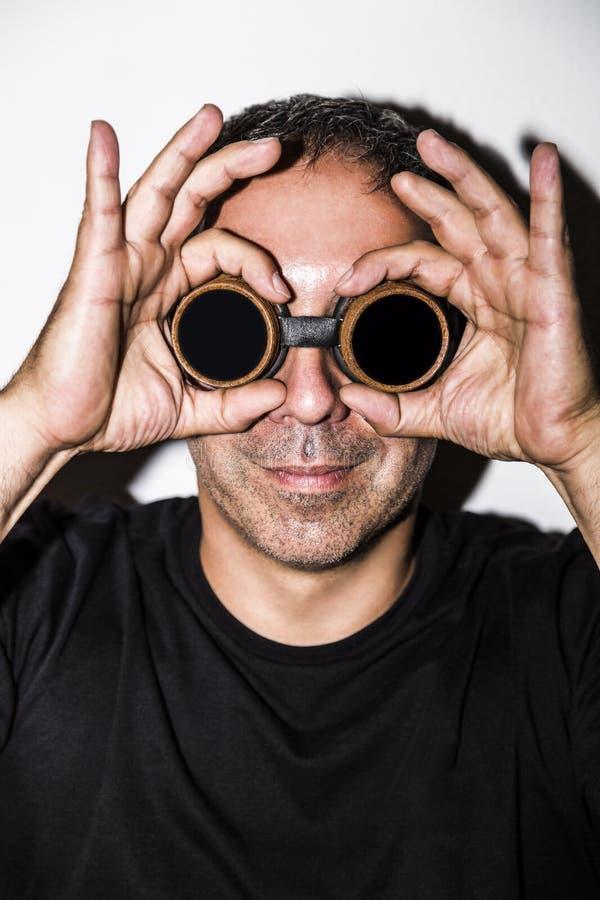 Homem em glasseses do steampunk no fundo branco imagem de stock royalty free