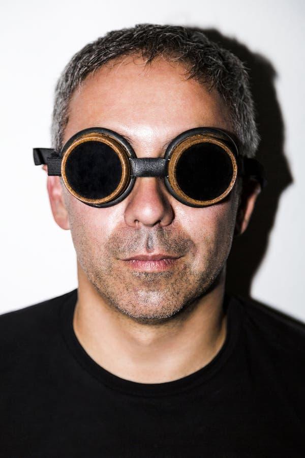 Homem em glasseses do steampunk no fundo branco foto de stock