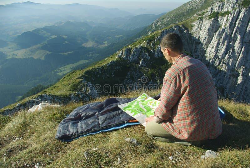 Homem em montanhas imagem de stock royalty free