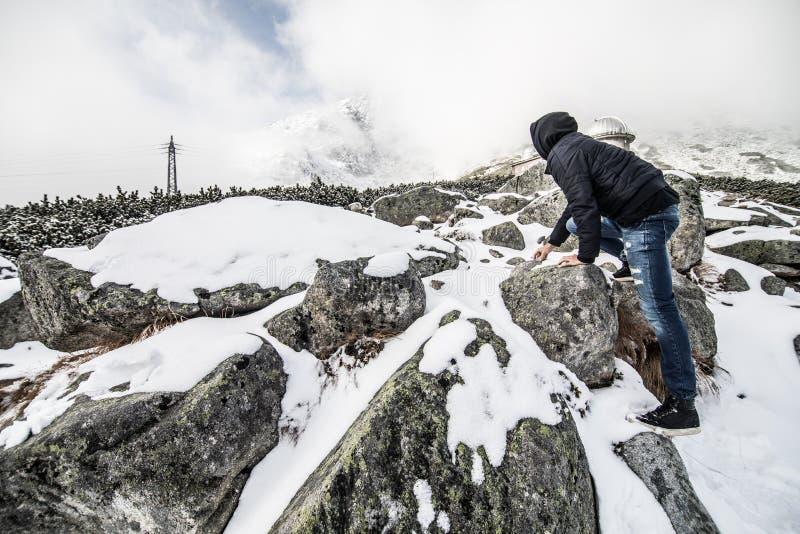 Homem em montanhas altas de Tatry do inverno, Eslováquia imagem de stock royalty free