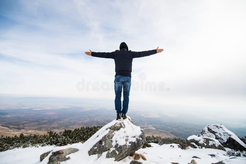 Homem em montanhas altas de Tatry do inverno, Eslováquia fotos de stock royalty free