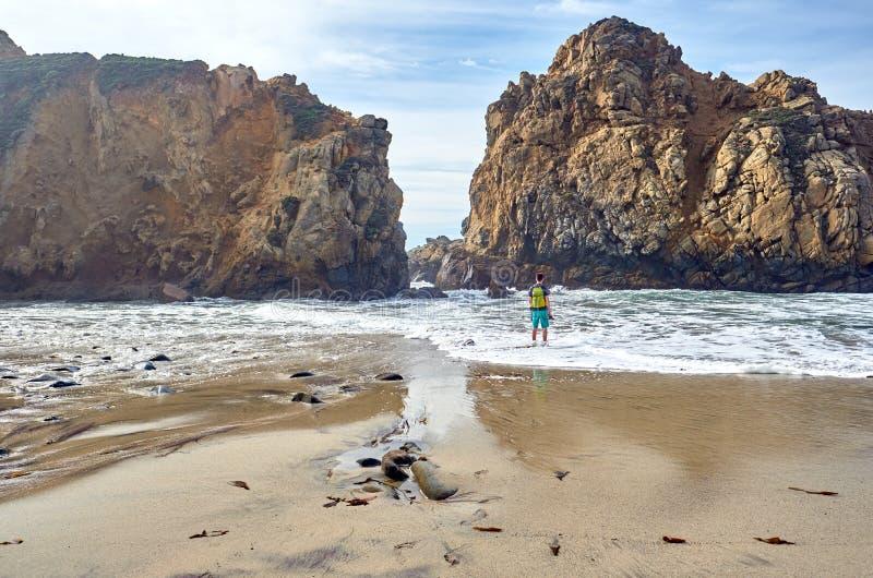 Homem em Pfeiffer Beach, Califórnia fotografia de stock