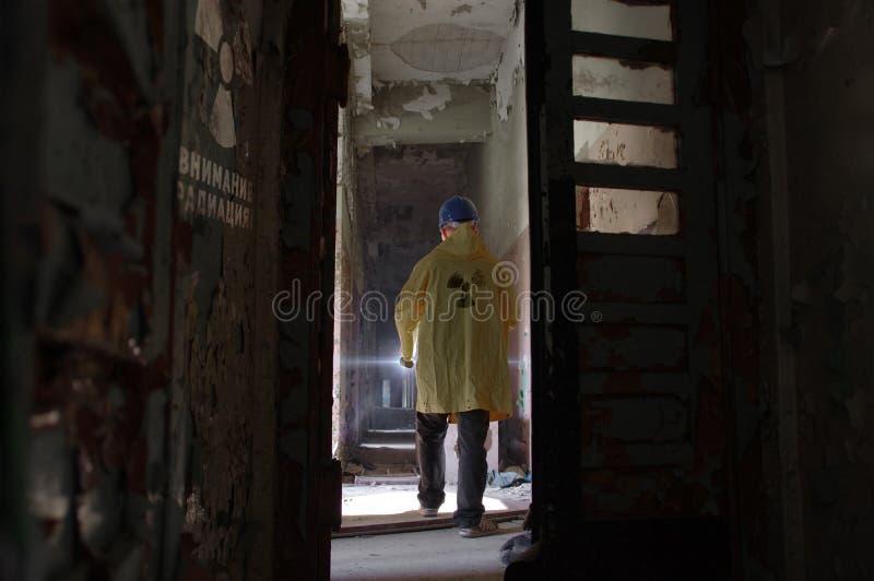 Homem em ruínas radioativas fotografia de stock