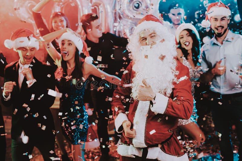 Homem em Santa Claus Costume no partido do ano novo foto de stock royalty free