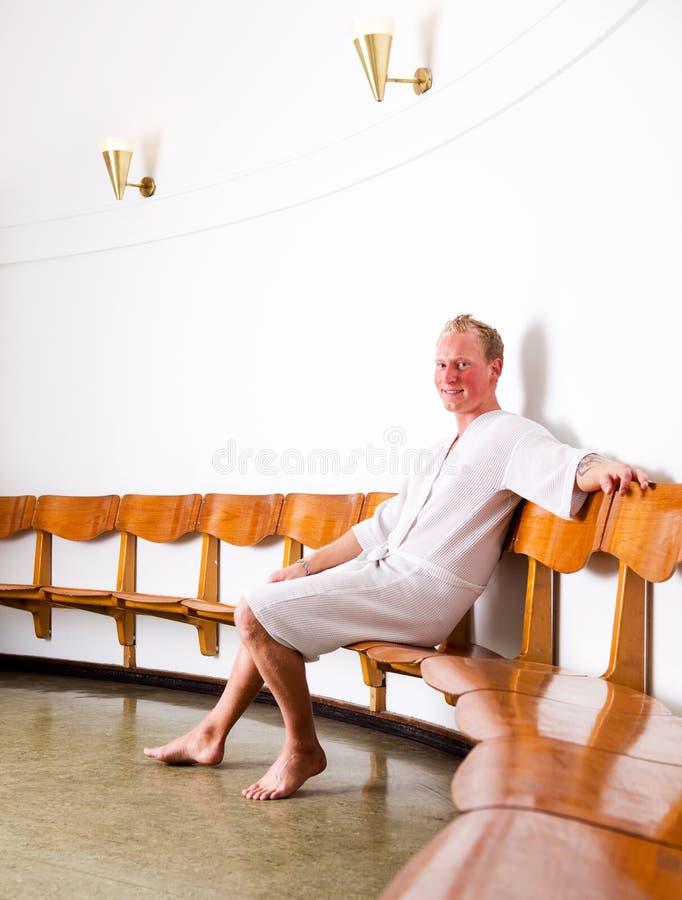 Homem em termas do Wellness fotografia de stock