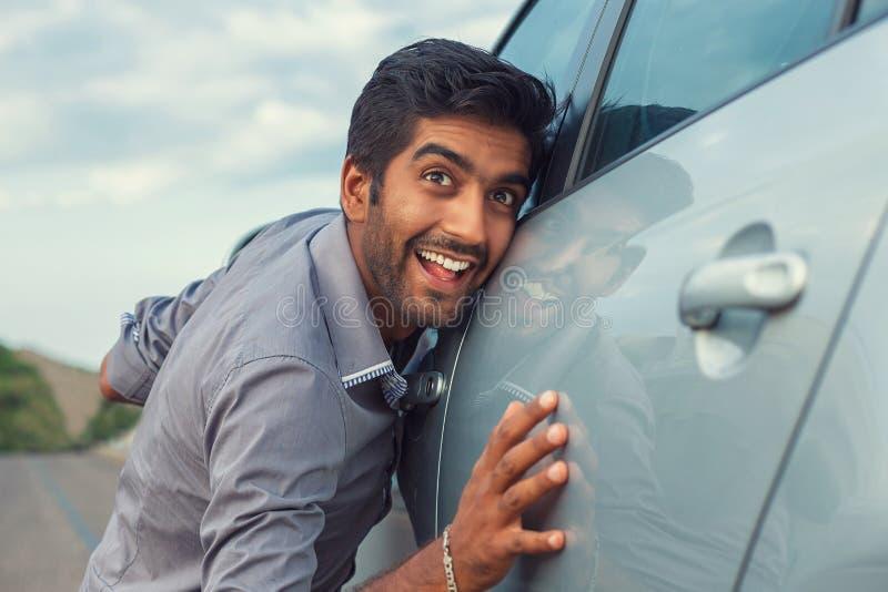Homem em trocas de carícias formais da camisa do negócio seu carro novo imagem de stock