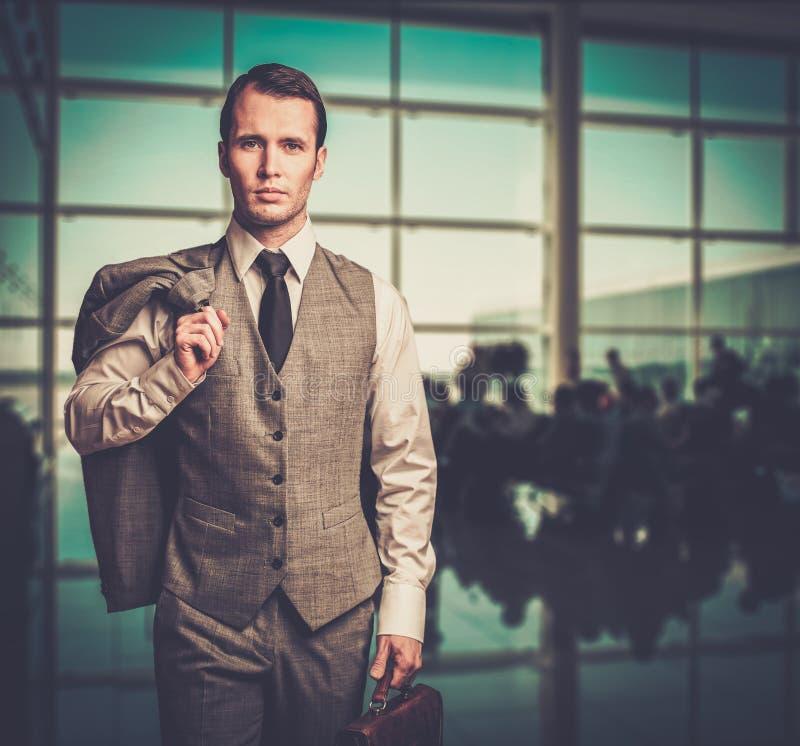 Homem em um aeroporto foto de stock