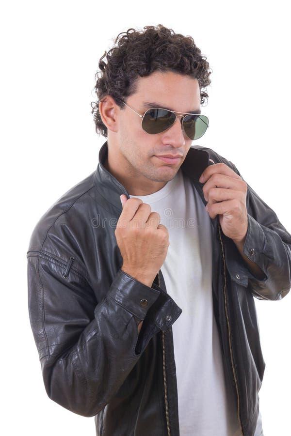 Homem em um casaco de cabedal com óculos de sol fotografia de stock royalty free